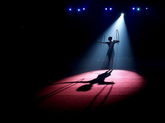 circus-hula-hoop-dance_82427_990x742
