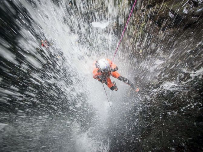 waterfall-rappelling-adventure-indonesia_88366_990x742