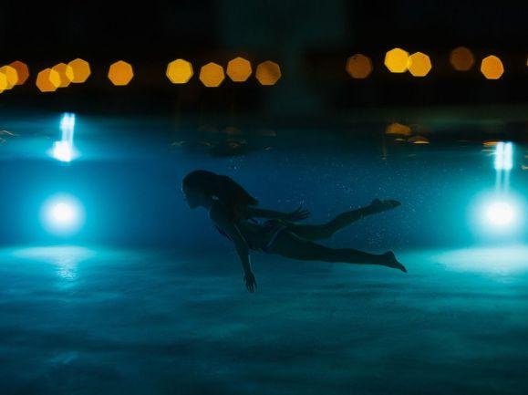 girl-swimming-underwater_89539_990x742